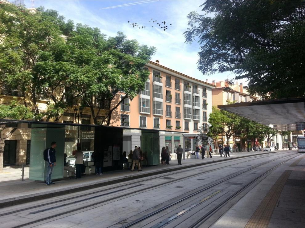 Las viviendas se encuentran junto a la parada del tranvía.