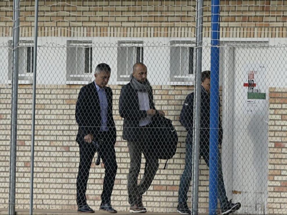 Lucas Alcaraz, junto a su ayudante, Jesús Cañadas, y al delegado, Alberto Belsué, caminan por el pasillo de vestuario de la Ciudad Deportiva tras decir adiós a la plantilla.