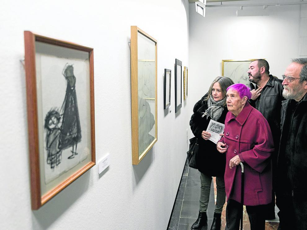 Visitantes de la exposición observan el dibujo de Santiago Lagunas donde retrata a sus hijas.