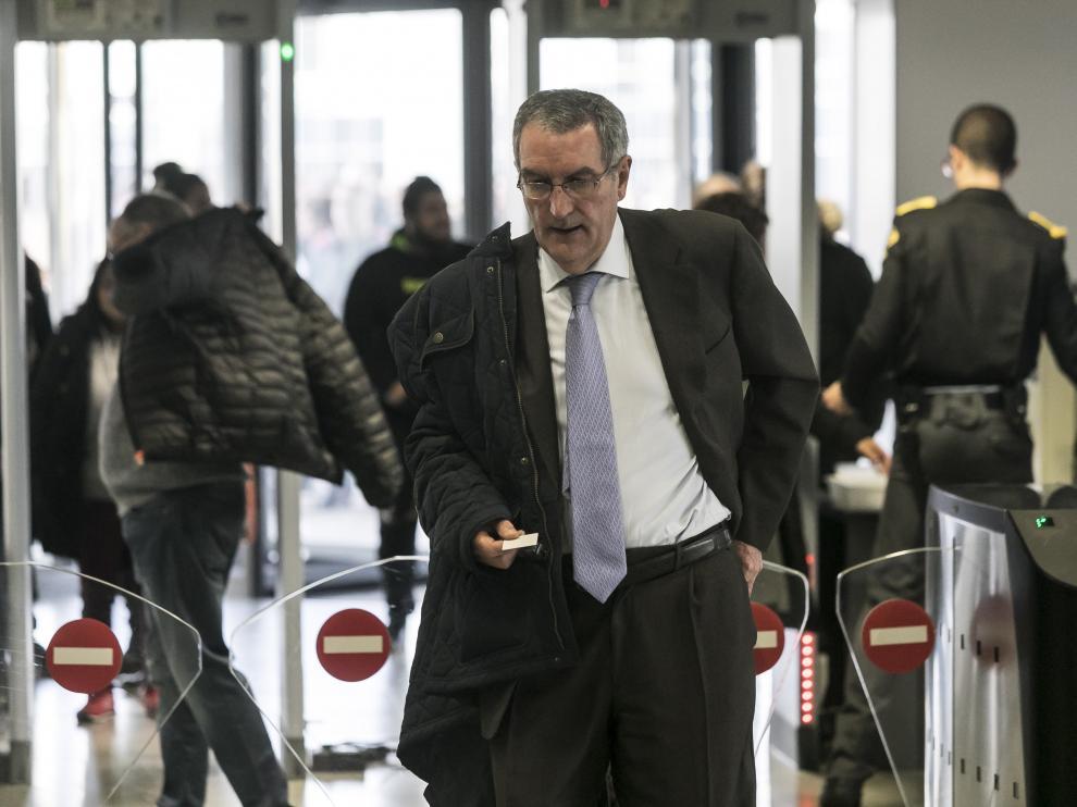 El exgerente de Plaza, Ricardo García Becerril, en los tornos de acceso a la Ciudad de la Justicia de Zaragoza.