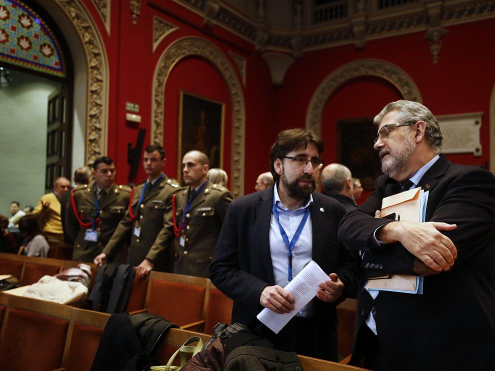 El rector, José Antonio Mayoral, junto al decano de la facultad de Ciencias, Luis Oriol, momentos antes de que diera comienzo el Claustro