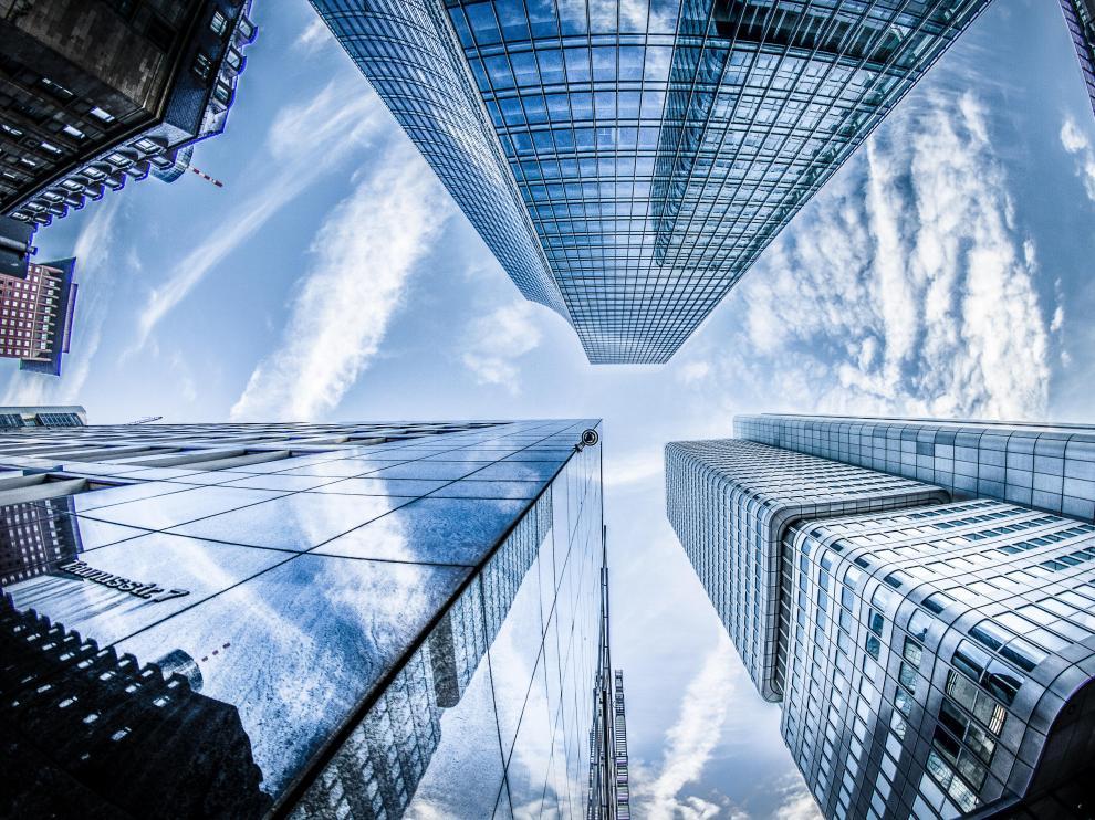 Aunque ahora las sociedades occidentales estén familiarizadas con su presencia, los rascacielos eran poco frecuentes hasta hace solo unas décadas.