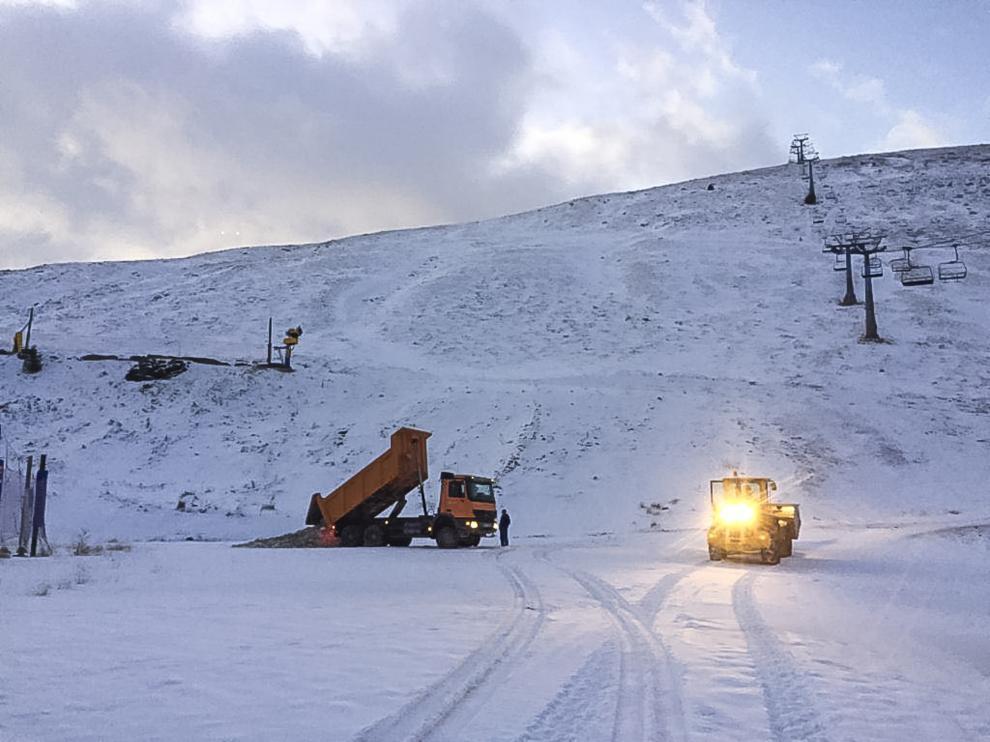 Un camión descargando este miércoles, en la parte más baja, la nieve recogida del parquin de Astún