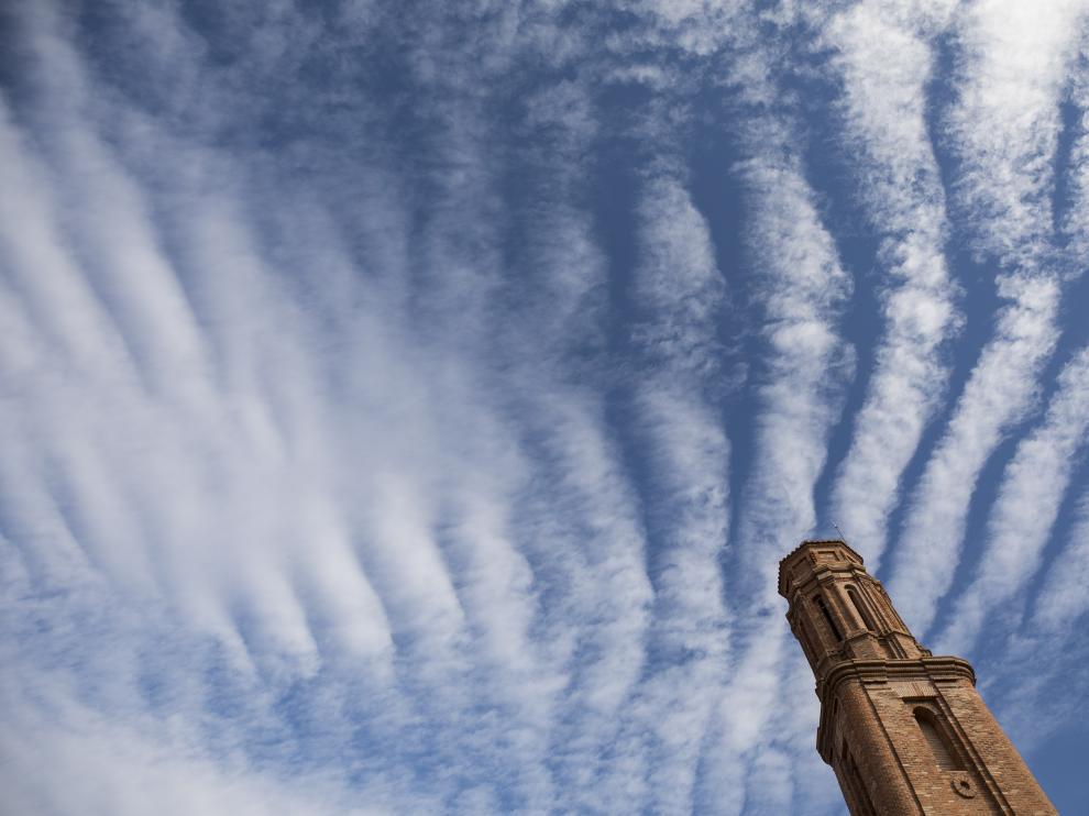 La torre de la parroquia (Invención de la Santa Cruz) se enmarca en el impresionante cielo de Santa Cruz de Nogueras.