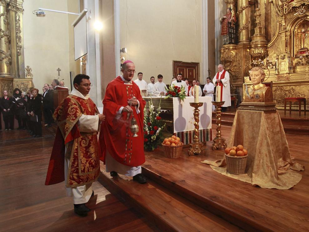 Foto de archivo del obispo Julián Ruiz oficiando una eucaristía en la iglesia de San Vicente, que estaba cedida a los Jesuitas desde 1610