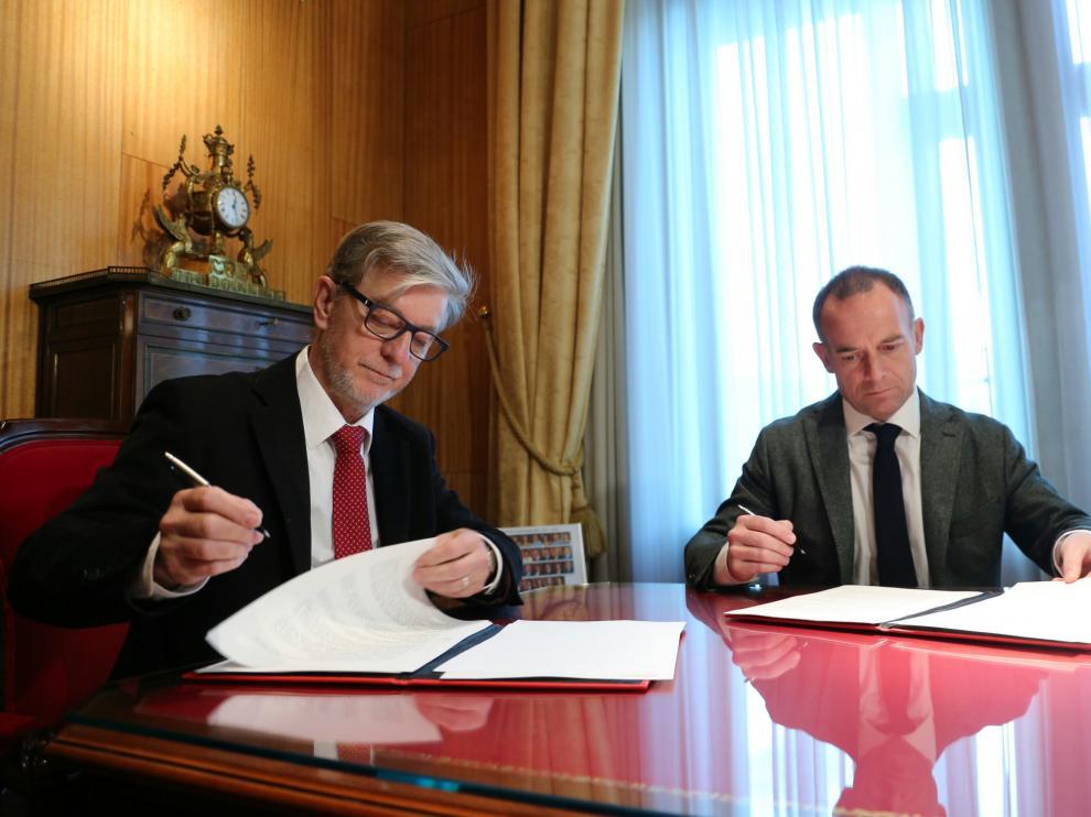 Christian Lapetra y Pedro Santisteve firman el acuerdo.