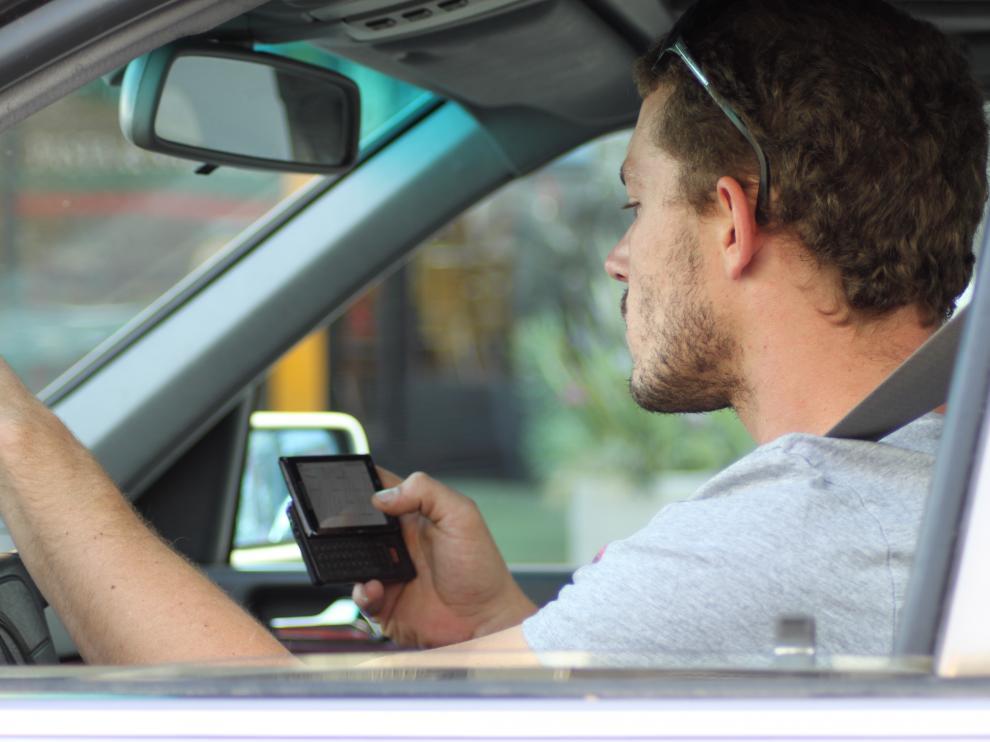 Utilizando el móvil al volante se puede perder mucho más que los puntos del carné de conducir