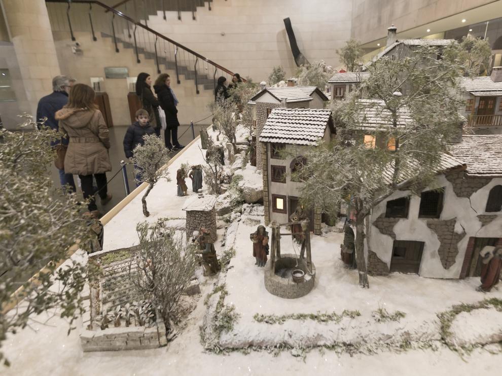 Un nevadísimo pueblo pirenaico protagoniza el belén de la Diputación de Huesca.