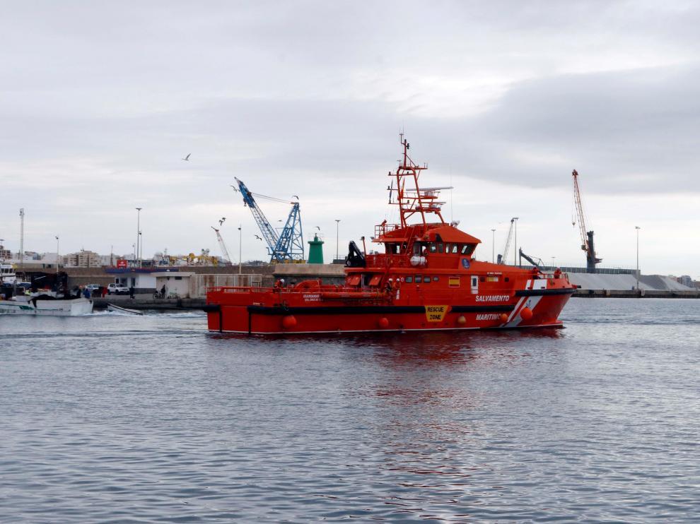 Las víctimas han sido trasladadas por Salvamento Marítimo al puerto de Almería.