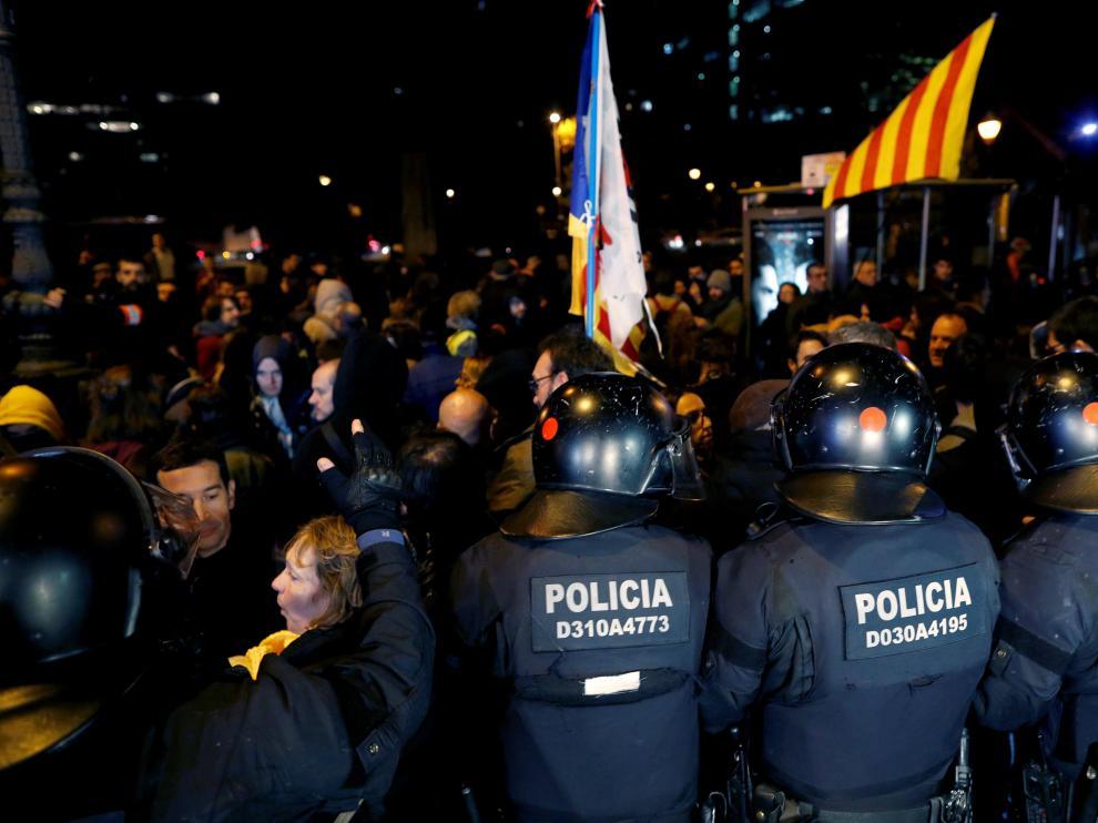 Refuerzo policial ante las protestas a las puertas del hotel donde se ha celebrado la cena a la que han acudido Sánchez y Torra.