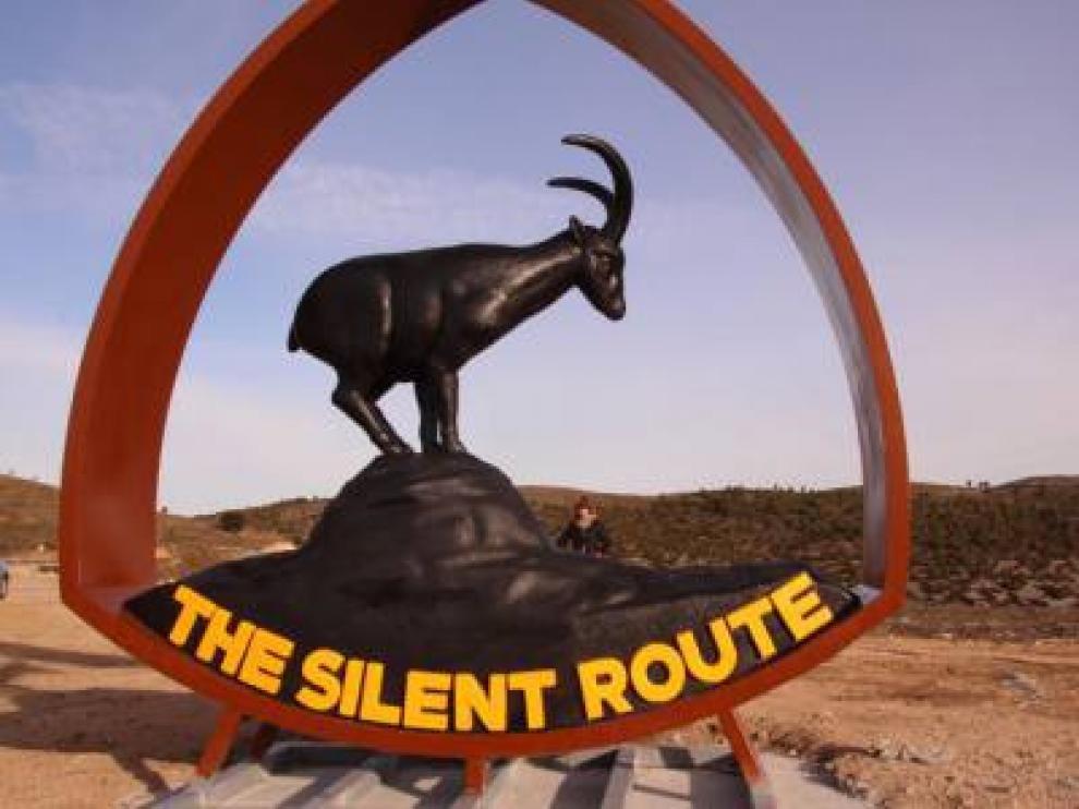 La cabra montesa de la Silent Route recibe a los conductores a su paso por Ejulve.