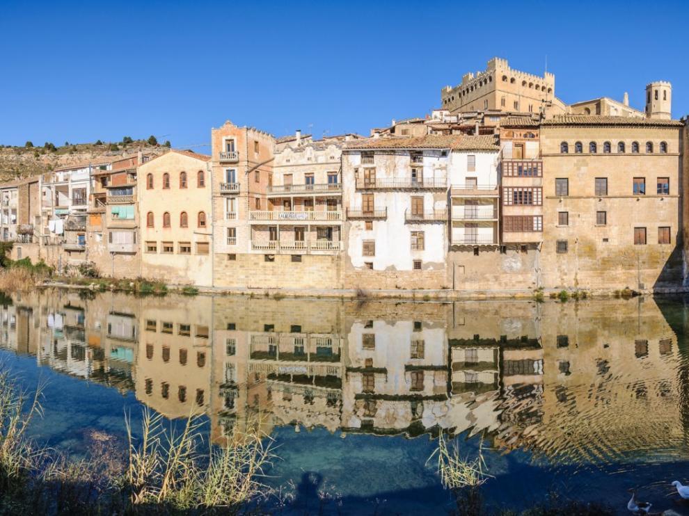 Preciosa imagen de Valderrobres reflejada en su río Matarraña.