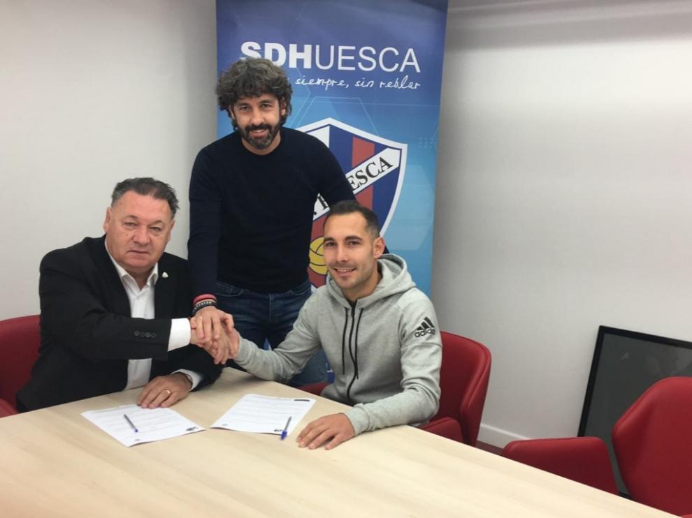 David Ferreiro firma su renovación junto a Agustín Lasaosa y Emilio Vega.