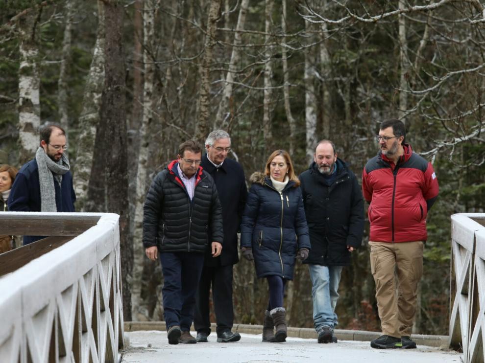 De izquierda a derecha, el alcalde de Torla, el consejero de Desarrollo Rural, la presidenta del Congreso, el director de Parques Nacionales y el de Ordesa, paseando por el entorno de la Pradera.