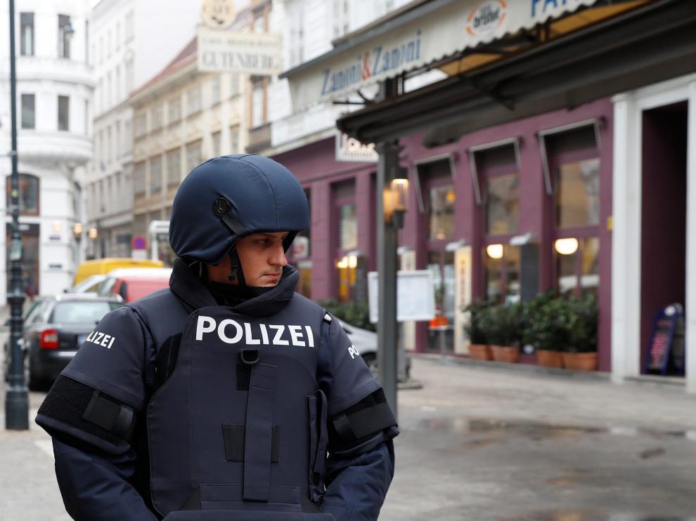 La Policía ha acordonado la zona, mientras que el supuesto autor sigue a la fuga.