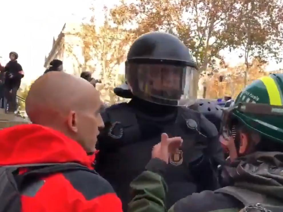 El manifestante instaba al mosso a defender la República.