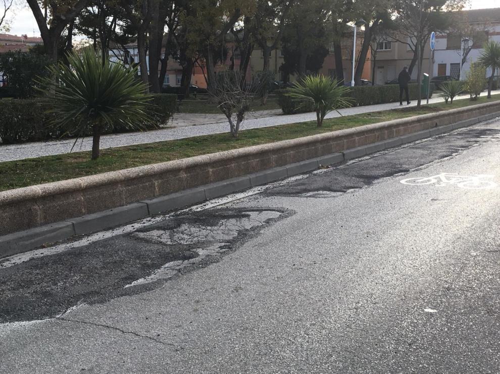 Asfalto en mal estado en la calle Pedro López de Luna, junto a Ciudad Jardín.