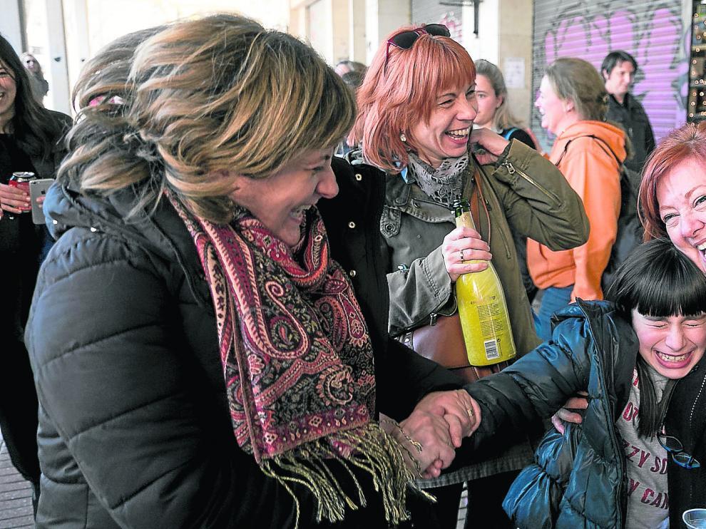 Varias clientas de la papelería Wodan del barrio zaragozano de San José, que vendió una serie en participaciones de cinco euros, celebran con cava el premio Gordo.