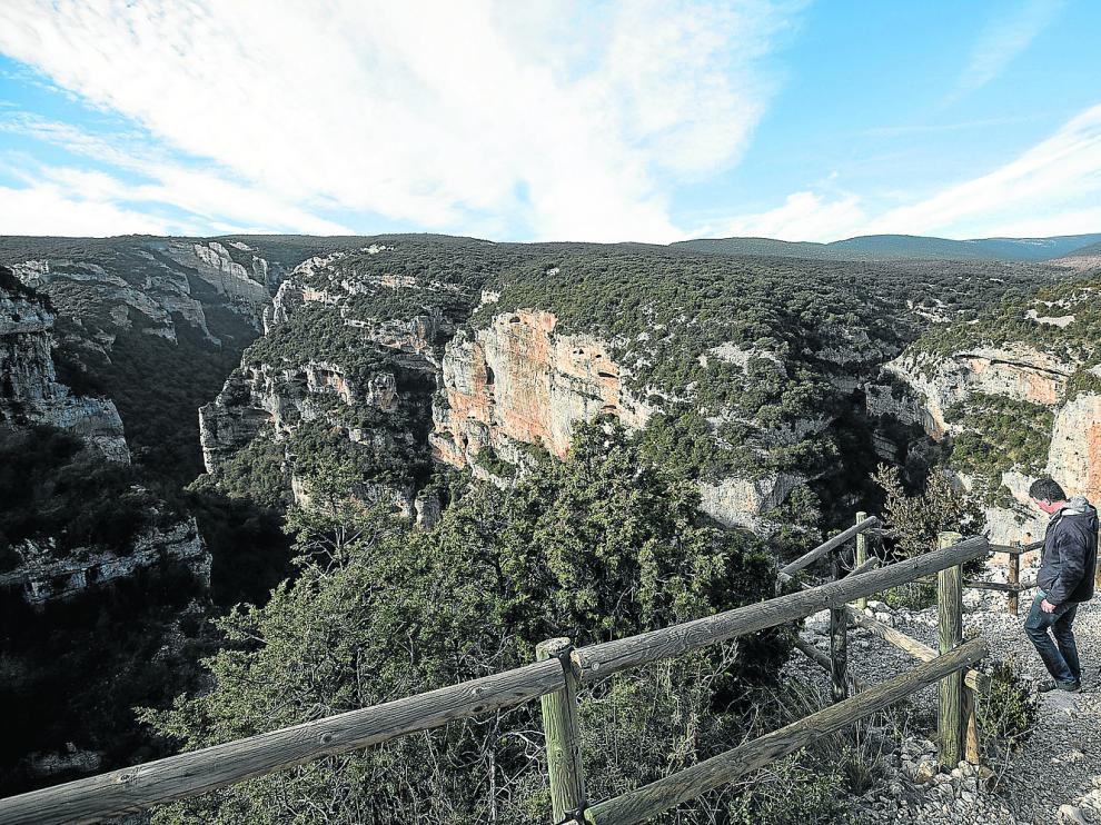 Pedro Palacio en el Mirador del Vero. Al fondo, en el centro de la imagen, el barranco Basender.