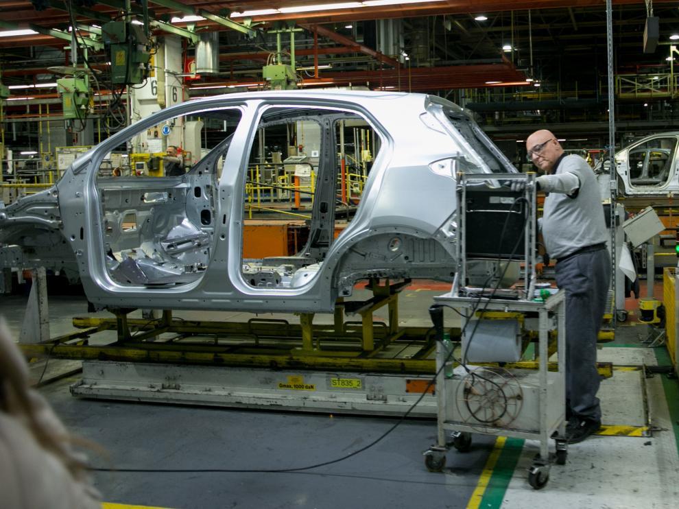 Un operario trabaja en las instalaciones de la factoría zaragozana de Opel en Figueruelas.