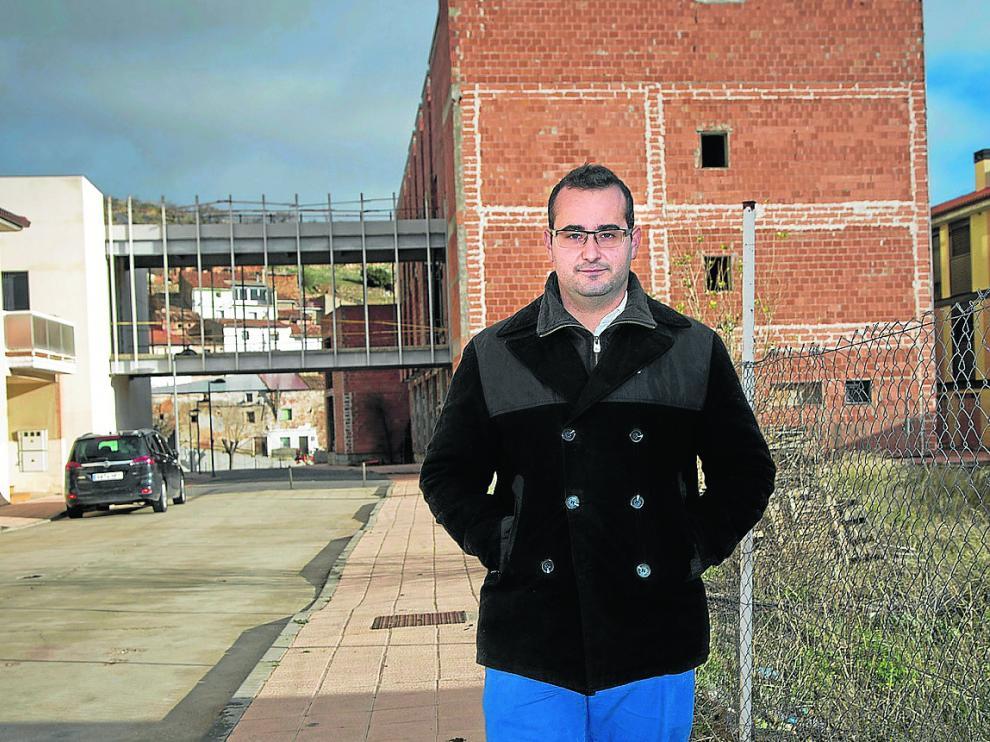 """Enrique Felices posa ante la residencia de ancianos de Herrera, que se encuentra """"en espera""""."""