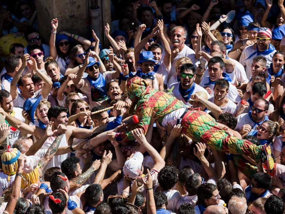 27 de agosto. Tarazona vibra con el Cipotegato. Sergio Motilva abrió las fiestas bajo una intensa lluvia de tomates y ante 12.000 personas