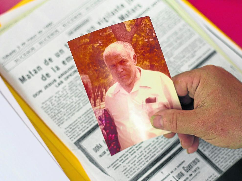 Jesús Argudo sujeta la fotografía de su padre, el vigilante de seguridad que murió en el atentado.