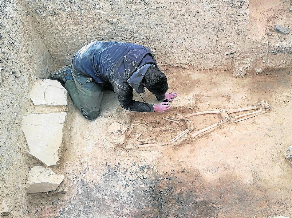 Uno de los miembros del equipo de investigación trabajando en el hallazgo de Sofuentes.