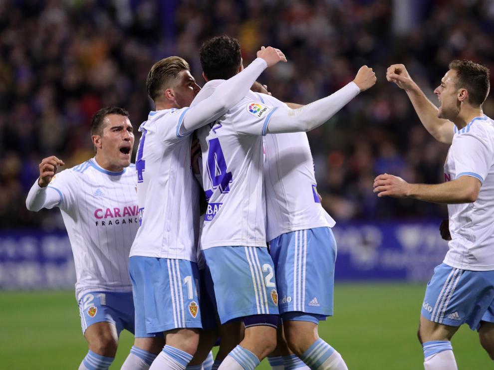 Los jugadores del Real Zaragoza celebran el primer gol ante el Extremadura.