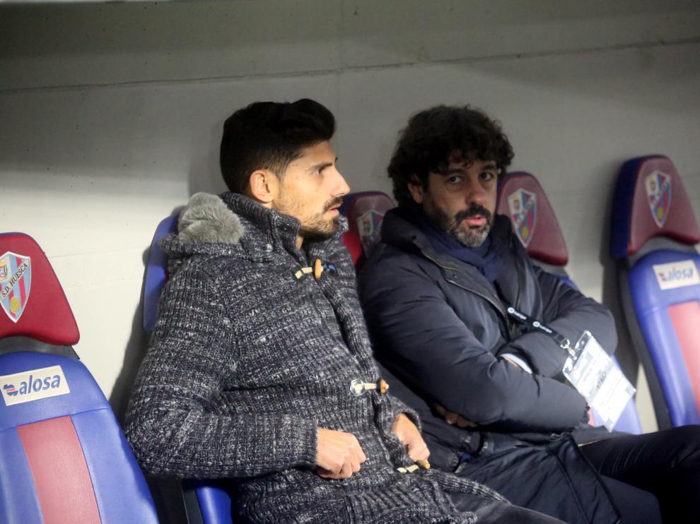 Emilio Vega (a la derecha de la imagen), director deportivo de la SD Huesca, junto a Aguilera.
