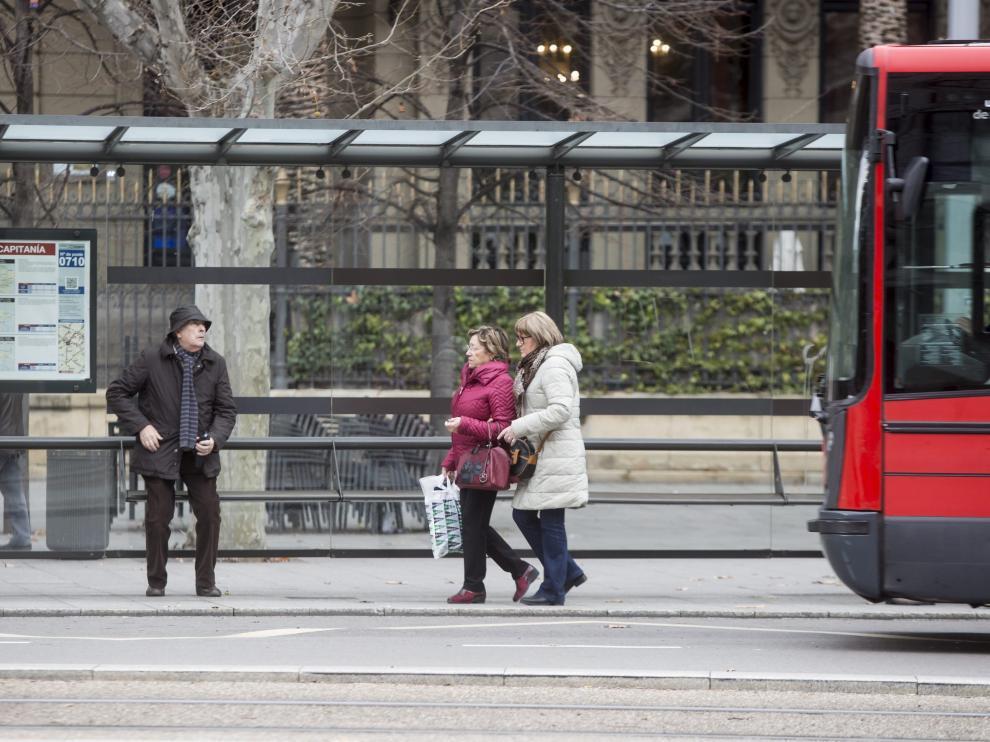 Un autobús urbano, en una de las paradas de la plaza de Aragón.