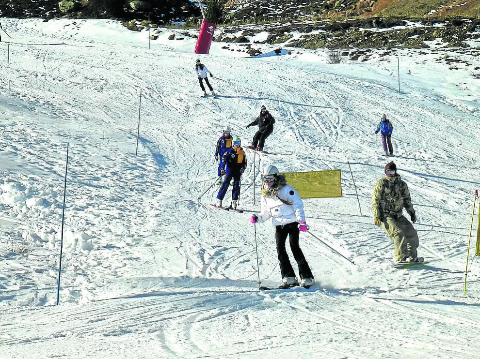 Esquiadores disfrutado en Formigal de una jornada soleada