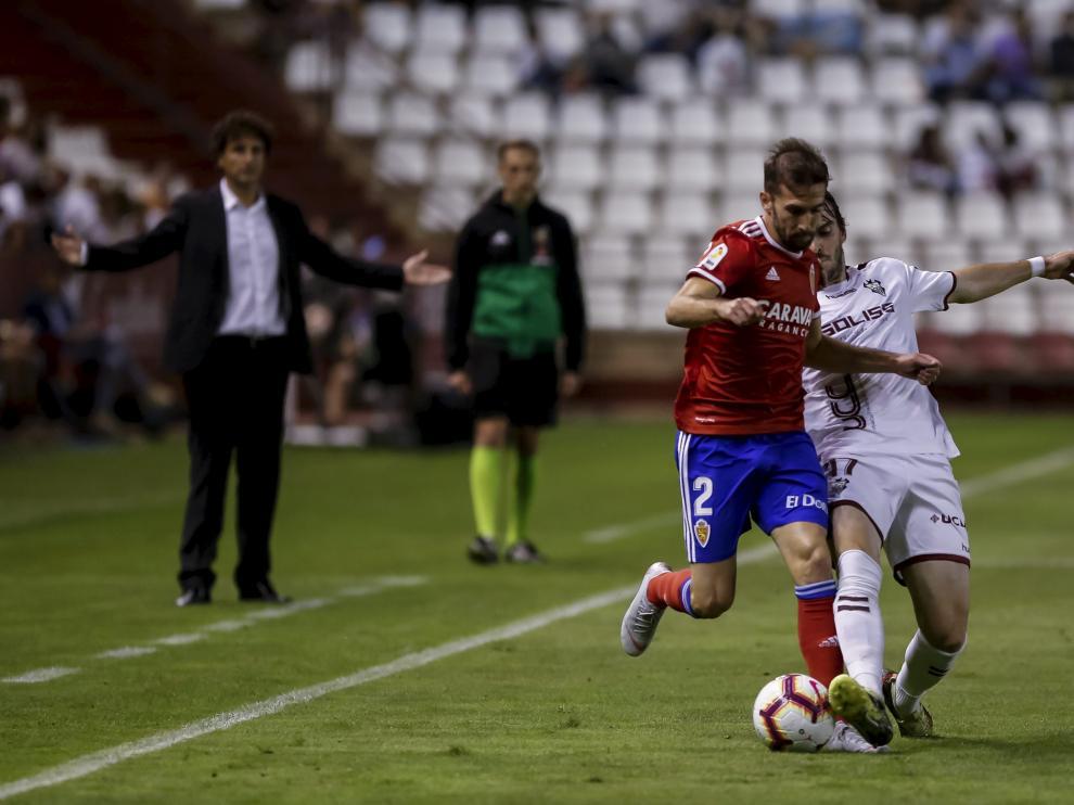 Eugeni Valderrama trata de cortar el avance de Alberto Benito, en el duelo de esta temporada entre el Albacete y el Real Zaragoza.