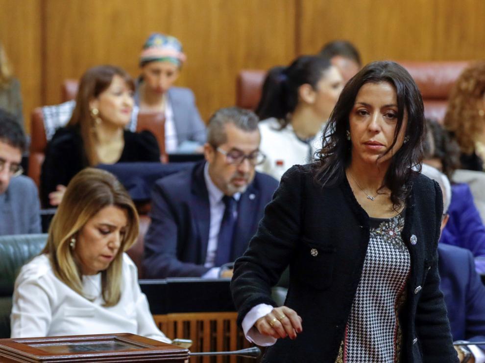 Marta Bosquet, a la derecha, y Susana Díaz, en segundo plano.