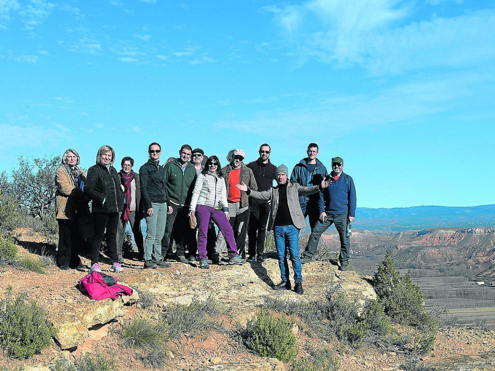 Carlos Núñez –adelantado–, con un grupo de visitantes durante la excursión al santuario de Peñalba.
