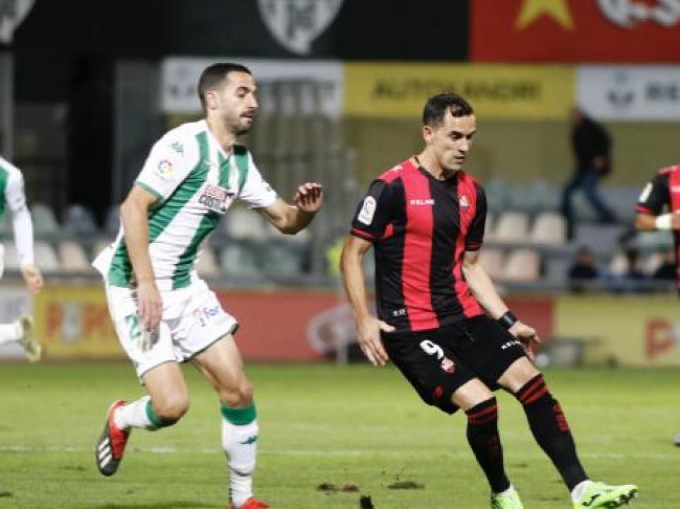 Miguel Linares intenta una jugada en el encuentro ante el Córdoba.