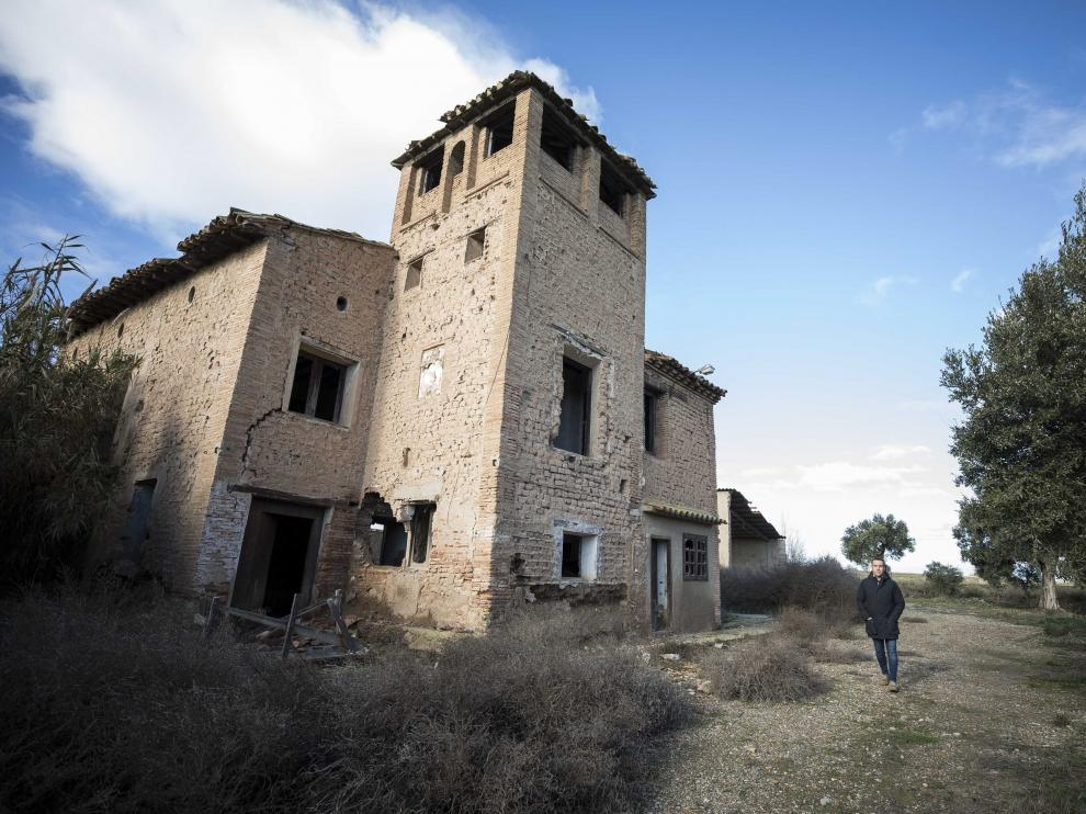 El alcalde de Mallén, Rubén Marco, junto a la casa que inspiró a Javier Fesser para 'El milagro de P. Tinto'.