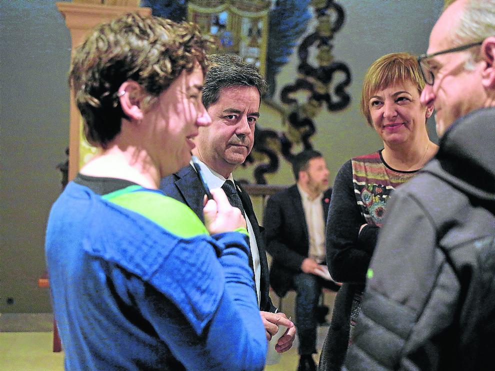 El alcalde, de frente, con tres de los cuatro concejales de Cambiar antes del pleno.