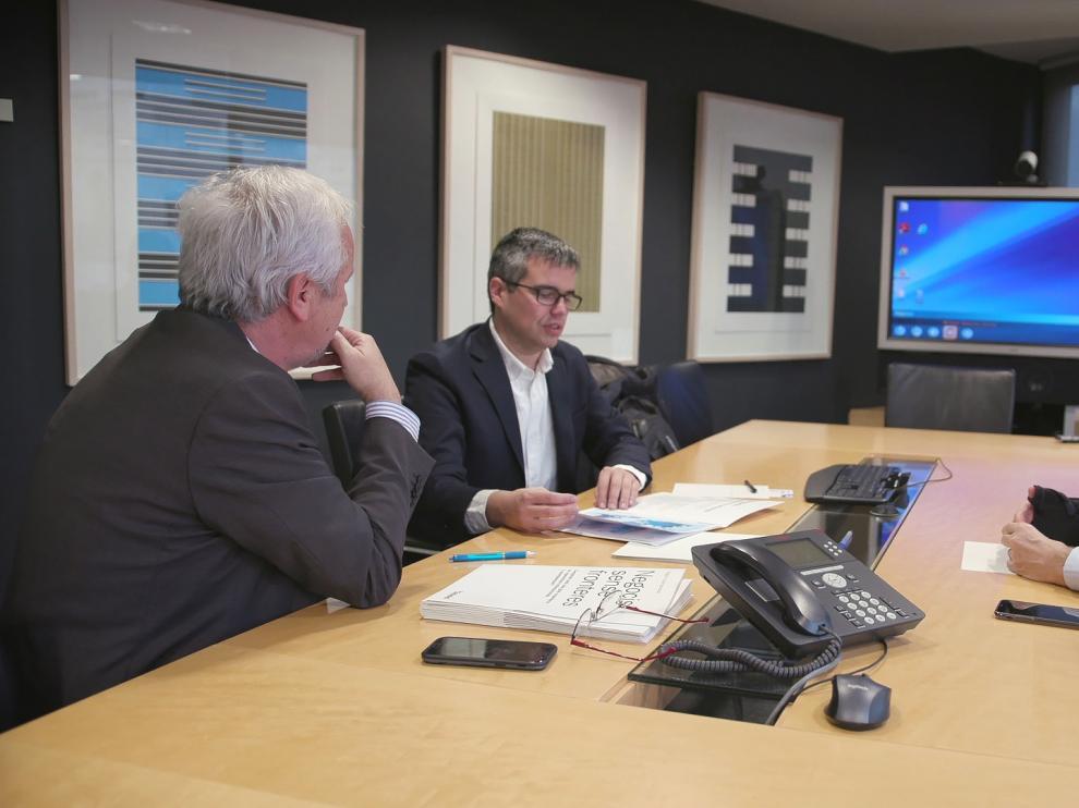 A la derecha, el director de la oficina de representación de Shangai de Banco Sabadell atendiendo a unos clientes en una de las reuniones de asesoramiento personalizado que ha tenido lugar en Barcelona.