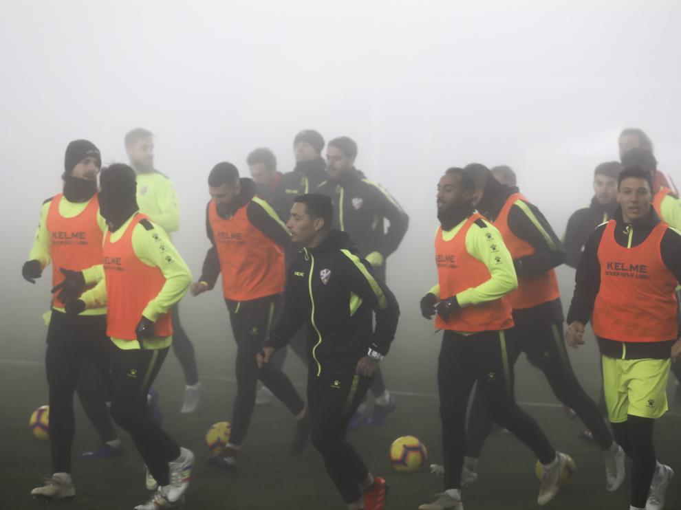 Los jugadores de la SD Huesca comienzan a correr.