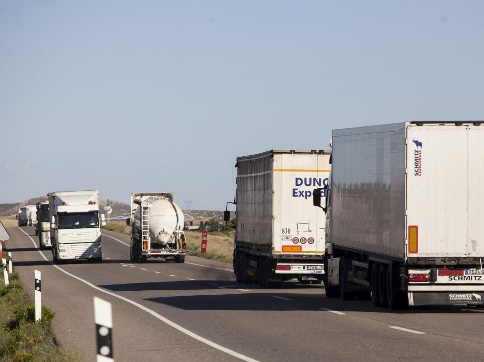 Circulación de camiones en la carretera N-II cerca de Pina.