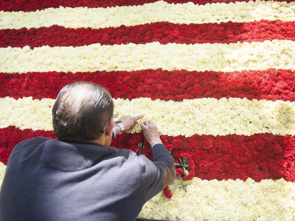 Una bandera de Aragón hecha con flores durante el día San Jorge en Zaragoza