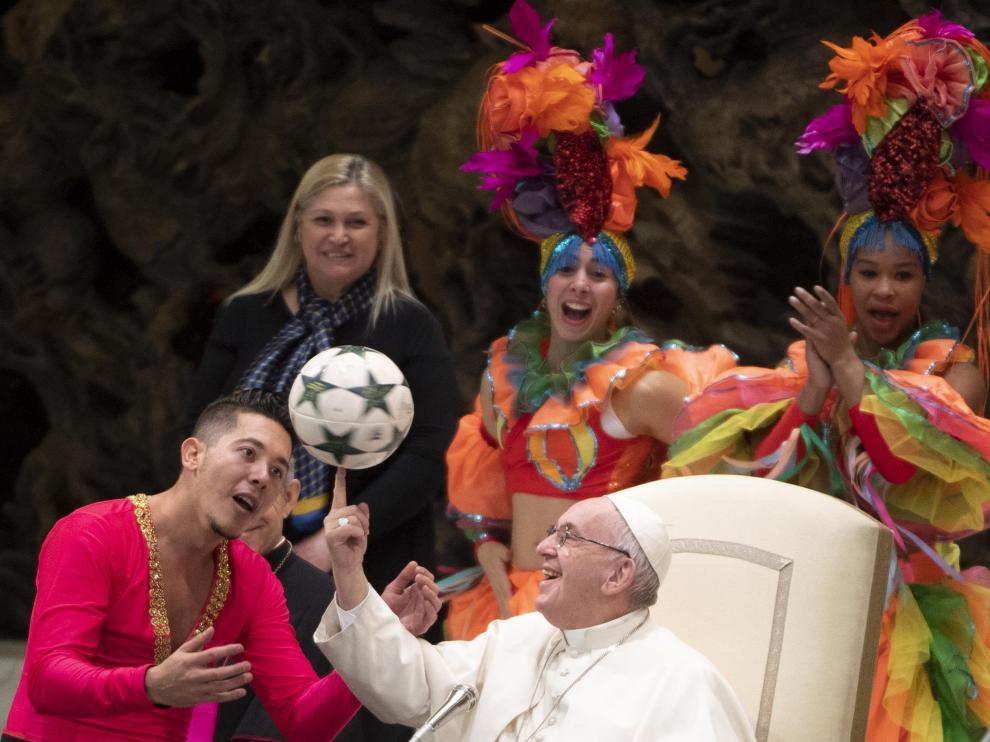 El Papa haciendo malabares con un balón