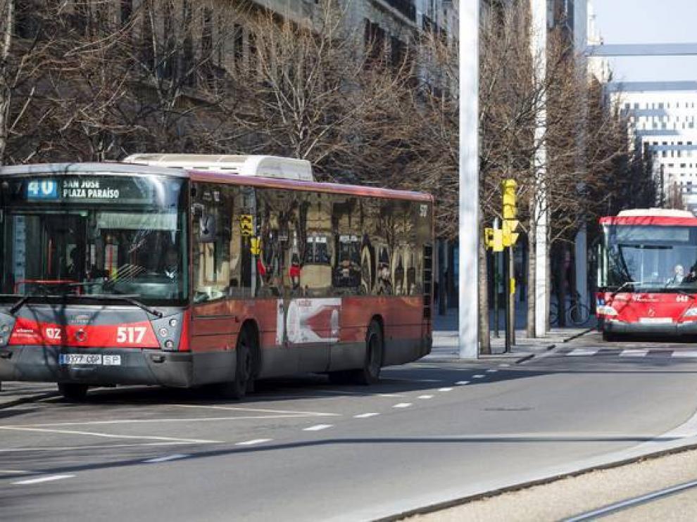 Autobuses circulando por el paseo de la Independencia.