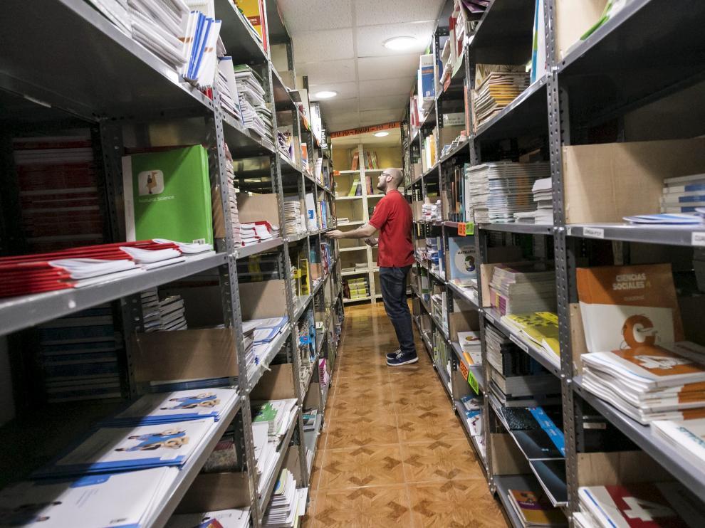 Libros de texto preparados en una librería de Zaragoza días antes de comenzar el curso.