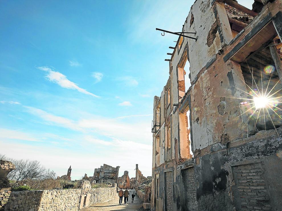 En el paseo por el pueblo viejo de Belchite se conjuga la belleza de un paisaje magnético con la huella del horror bélico.