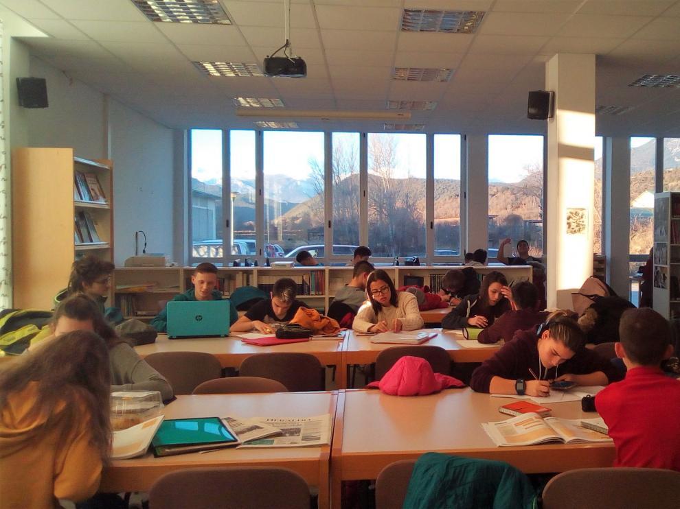 Actividad en la biblioteca municipal de Aínsa.