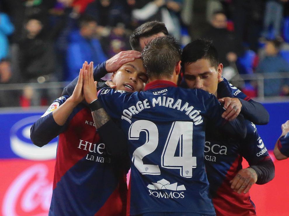 Miramón, de espaldas, se abraza con Cucho y Chimy durante el Huesca-Villarreal.
