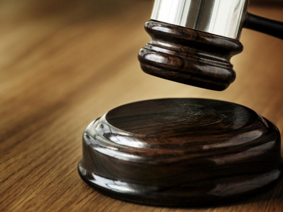 La Audiencia Provincial de Valencia ha condenado a esta mujer a cuatro años y ocho meses de prisión por un delito de abuso sexual y otro de estafa.