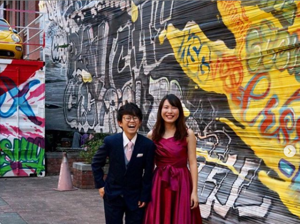 La pareja en una imagen de su cuenta de Instagram, donde planean subir las fotografías de sus 26 enlaces.